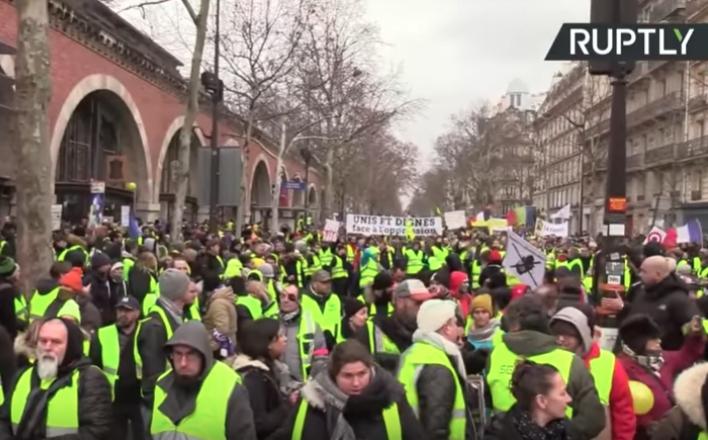 Во Франции идет всеобщая забастовка
