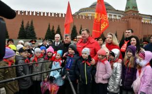 «Время первых». Коммунисты возложили цветы к могилам советских покорителей космоса у Кремлевской стены