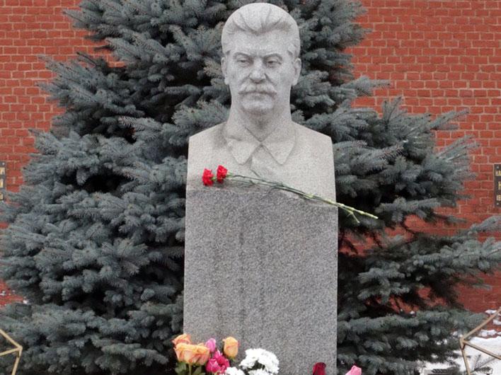 Возложение цветов и венков к могиле И.В.Сталина