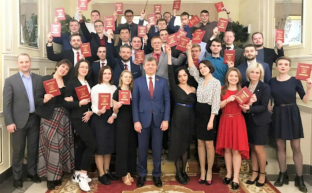Д.Г. Новиков вручил дипломы выпускникам учебного Центра ЦК КПРФ, работающим в социальных сетях