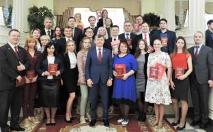 Дмитрий Новиков вручил дипломы выпускникам 33 потока Центра политической учебы