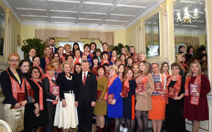 Дмитрий Новиков вручил дипломы выпускницам 26 потока Центра политической учебы ЦК КПРФ